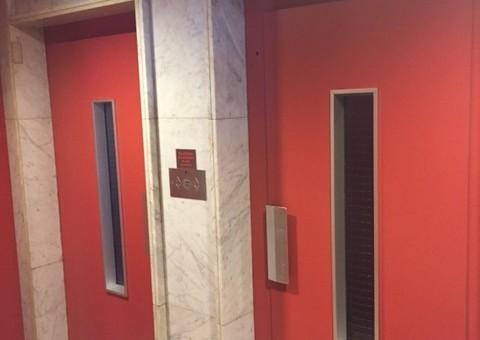 Historietas de ascensor y el peligro de comunicar en lugares comunes